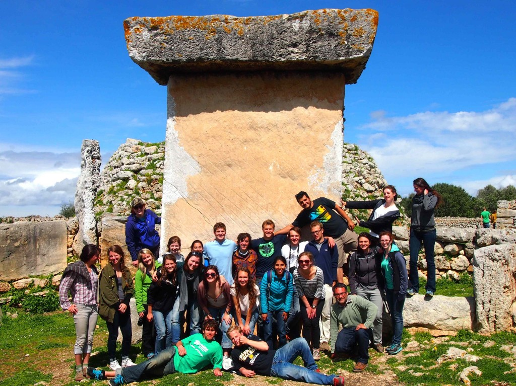 The class giving a little scale to this taola, a structure created sans modern technology in the Talayotic temple.